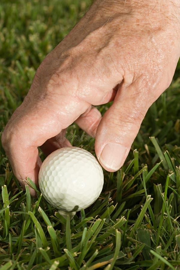 Uomo maggiore che gioca golf fotografia stock