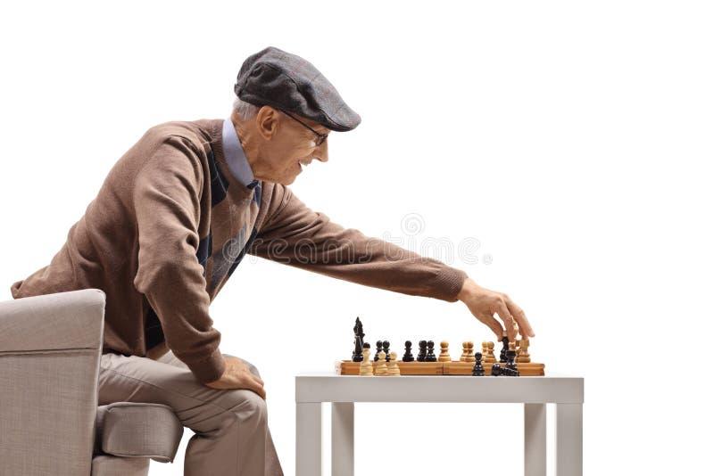 Uomo maggiore che gioca scacchi immagine stock libera da diritti