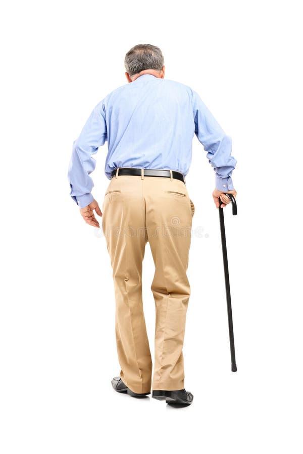 Uomo maggiore con camminare della canna immagini stock