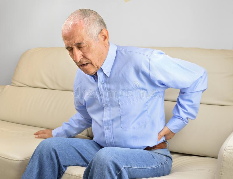 Uomo maggiore con dolore alla schiena fotografia stock