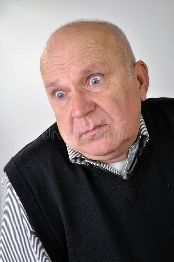Uomo maggiore con l'espressione imbarazzata fotografia stock