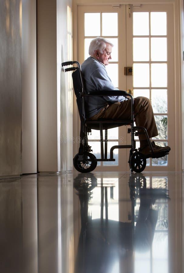Uomo maggiore invalido in sedia a rotelle fotografie stock