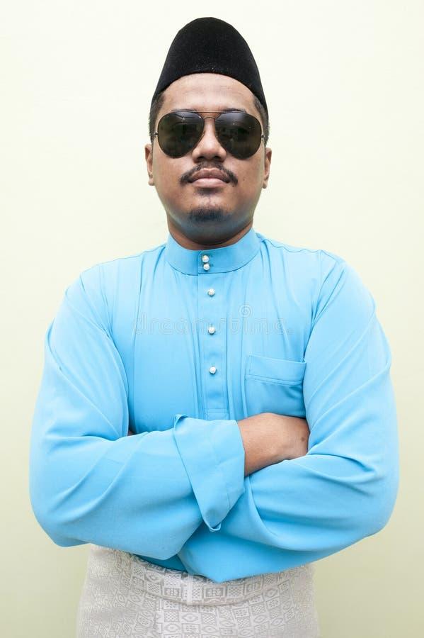 Uomo malese che porta vestito tradizionale malese immagine stock libera da diritti