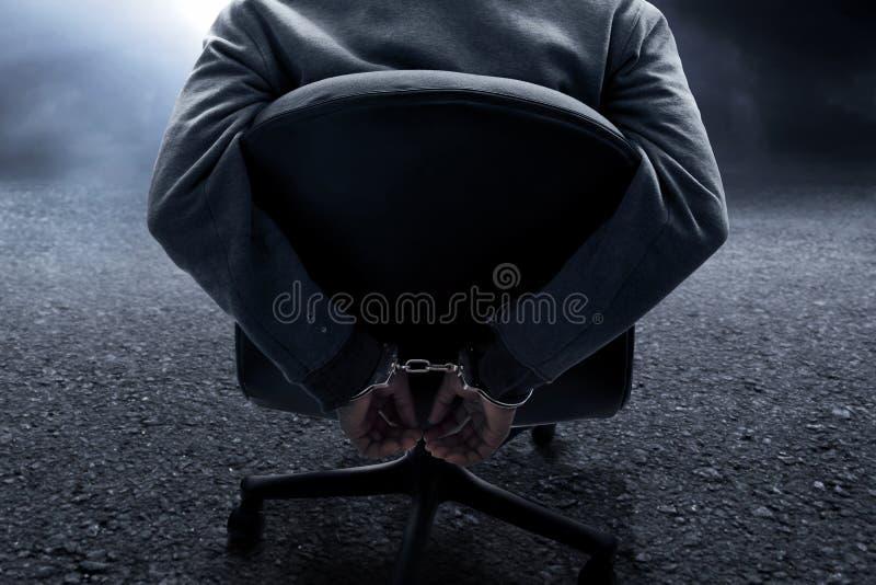 Uomo in manetta nella stanza scura fotografie stock