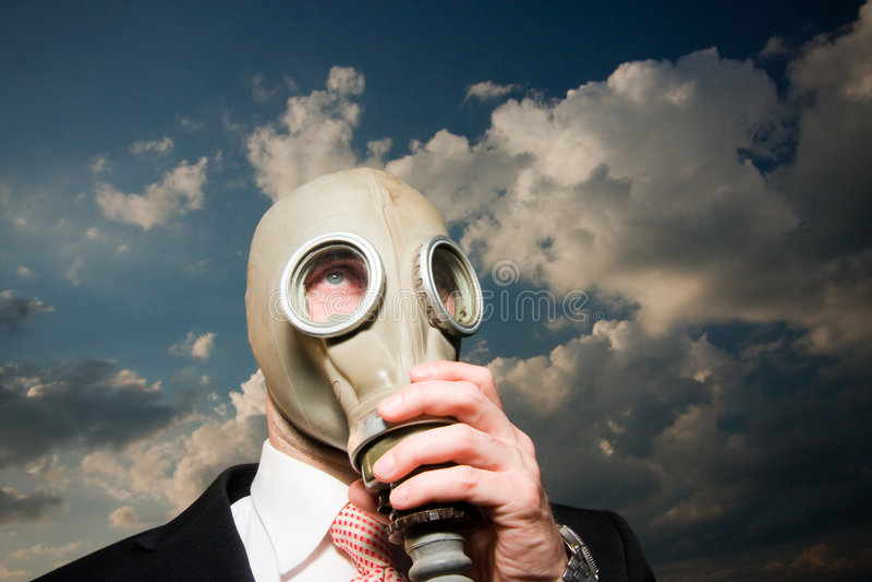 Uomo in maschera antigas immagini stock libere da diritti
