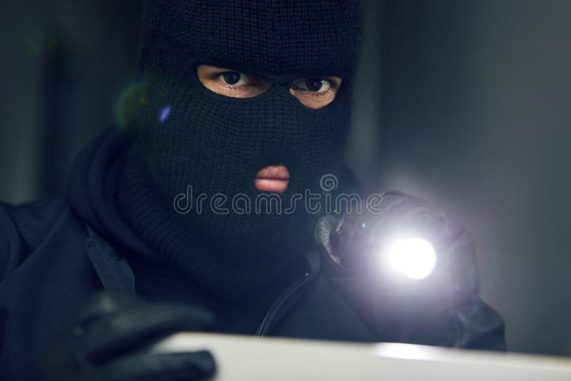 Uomo mascherato come uno scassinatore o ladro fotografia stock libera da diritti