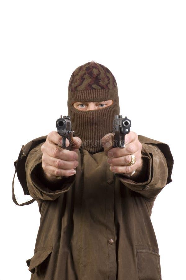 Uomo mascherato con due pistole semi-automatiche fotografia stock