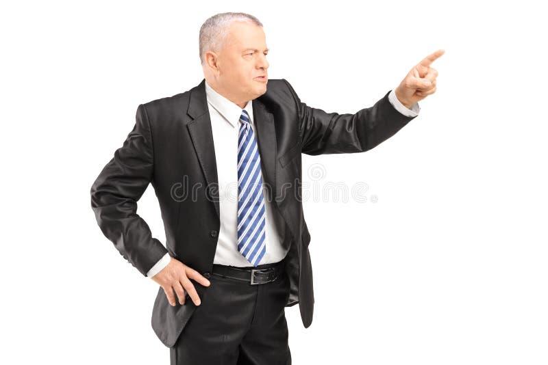 Uomo maturo arrabbiato che gesturing con il dito fotografia stock libera da diritti