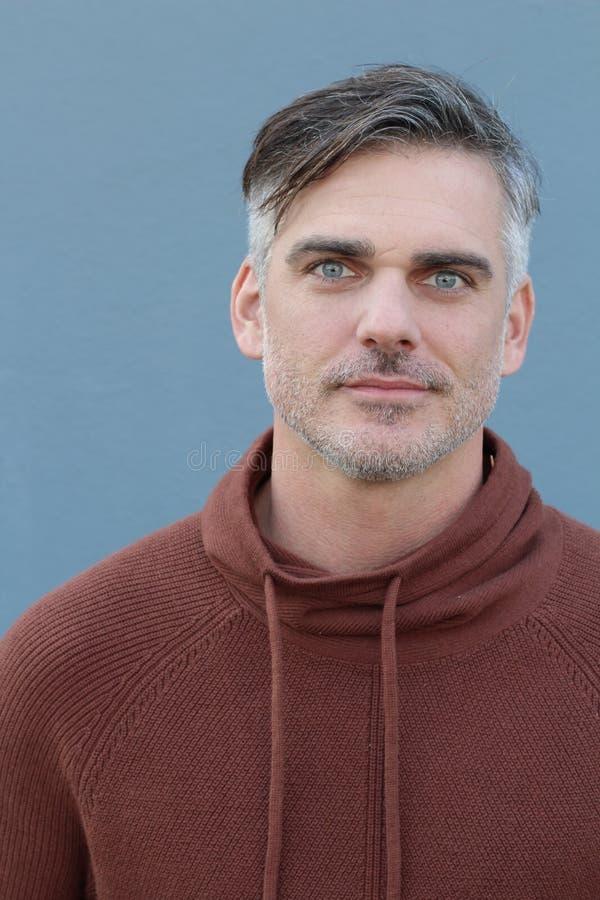 Uomo maturo bello che sorride con i suoi occhi azzurri fotografie stock