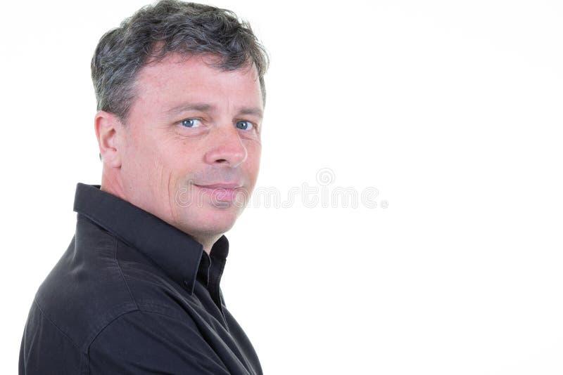 Uomo maturo in buona salute che sorride vicino su con il fondo bianco in bianco dello spazio della copia immagini stock