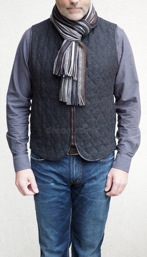 Uomo maturo che porta una maglia e una sciarpa della lana nell'inverno fotografia stock