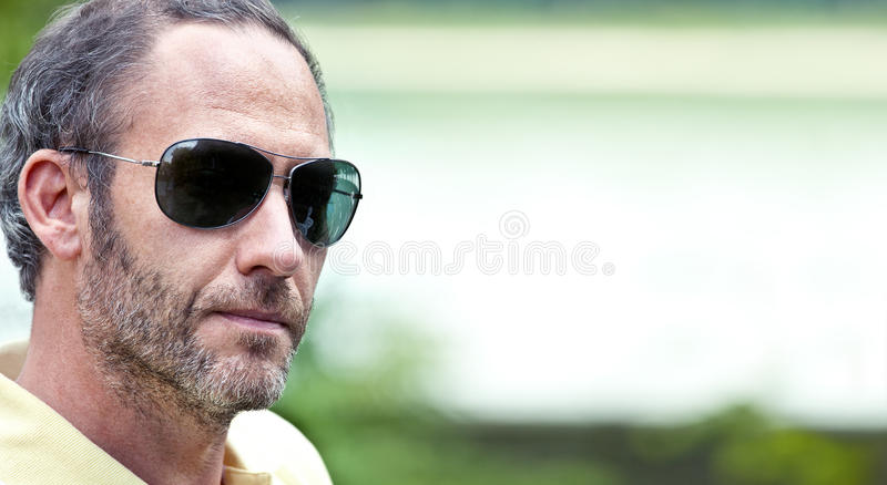 Uomo maturo con gli occhiali da sole immagini stock libere da diritti
