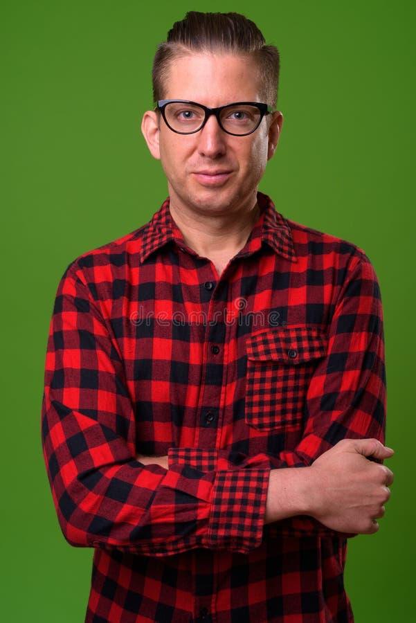 Uomo maturo dei pantaloni a vita bassa contro fondo verde fotografia stock libera da diritti