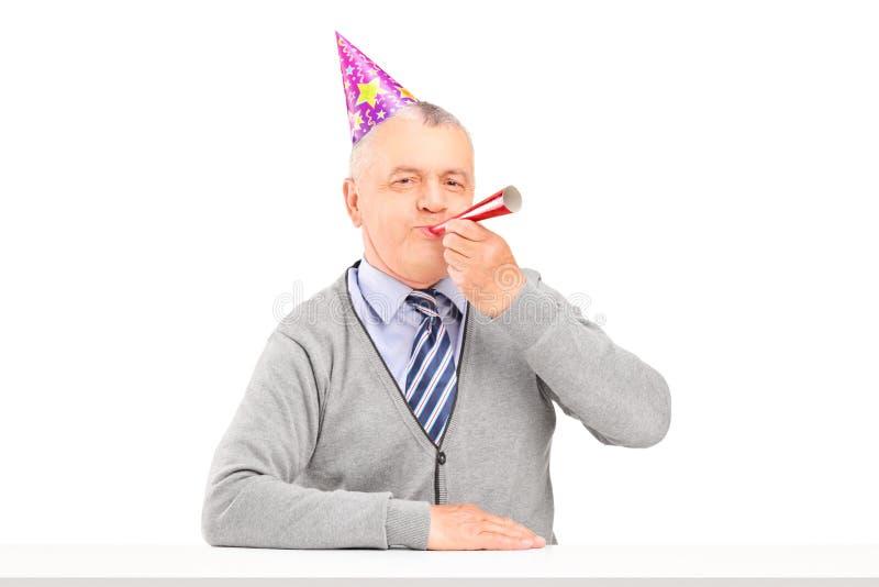 Uomo maturo di buon compleanno con il salto del cappello del partito immagini stock
