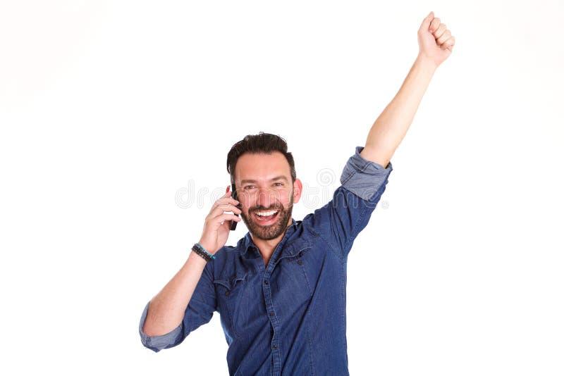 Uomo maturo emozionante che parla sul telefono cellulare e sulla risata immagine stock libera da diritti