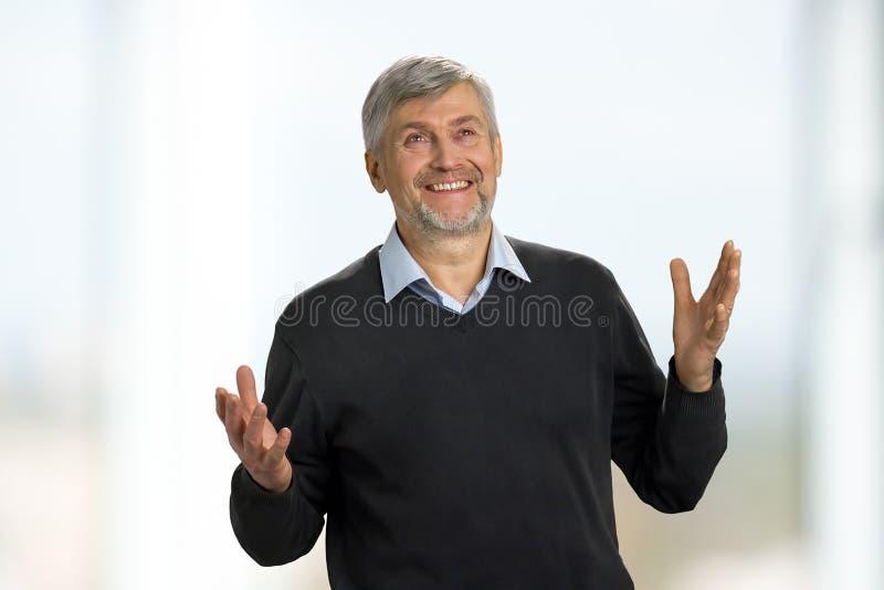 Uomo maturo emozionante su fondo bianco fotografia stock libera da diritti