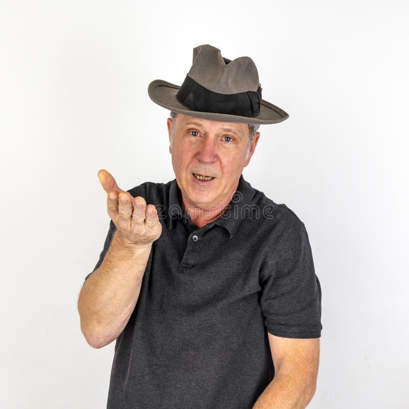 Uomo maturo nell'emozione con il cappello fotografia stock libera da diritti