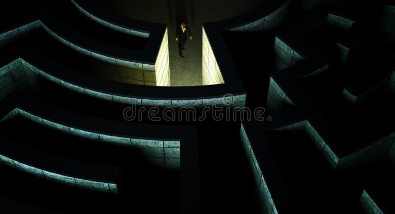 Uomo in mezzo ad un labirinto misterioso fotografia stock libera da diritti