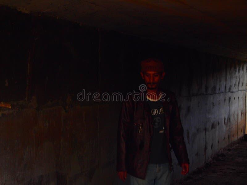 Uomo migratore in tunnel immagini stock libere da diritti