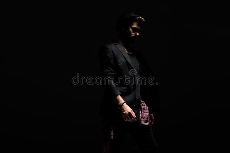 Uomo misterioso premuroso che cammina al lato fotografia stock