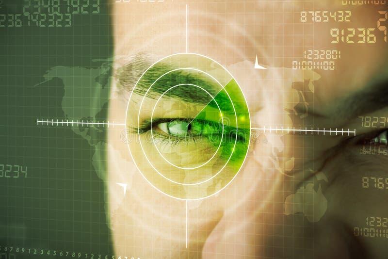 Uomo moderno con l'occhio cyber dei militari dell'obiettivo di tecnologia immagine stock libera da diritti