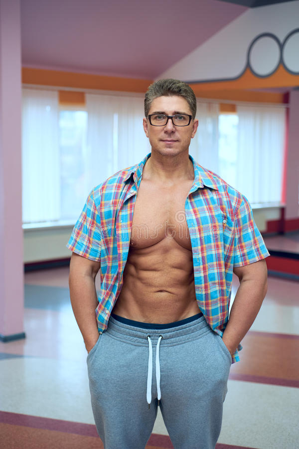 Uomo muscolare adulto in camicia fotografia stock libera da diritti