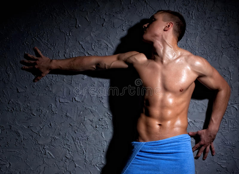 Uomo muscolare bagnato fotografia stock