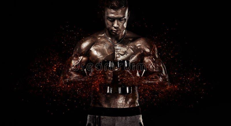 Uomo muscolare di sport di forma fisica, atlete con la testa di legno nella palestra di forma fisica Fuoco e potere immagine stock