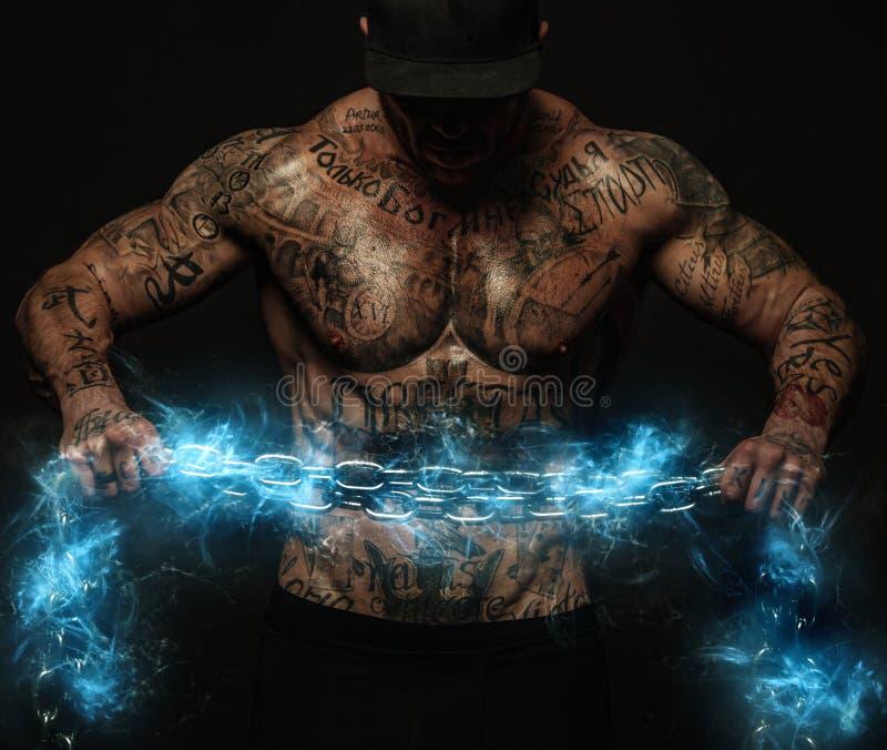 Uomo muscolare di sport di forma fisica, atlete con le catene nella palestra di forma fisica Energia e potenza fotografie stock libere da diritti