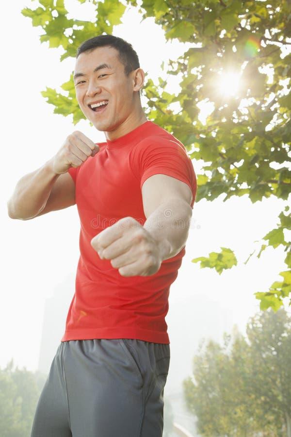 Uomo muscolare giovane in una posizione di combattimento fotografie stock