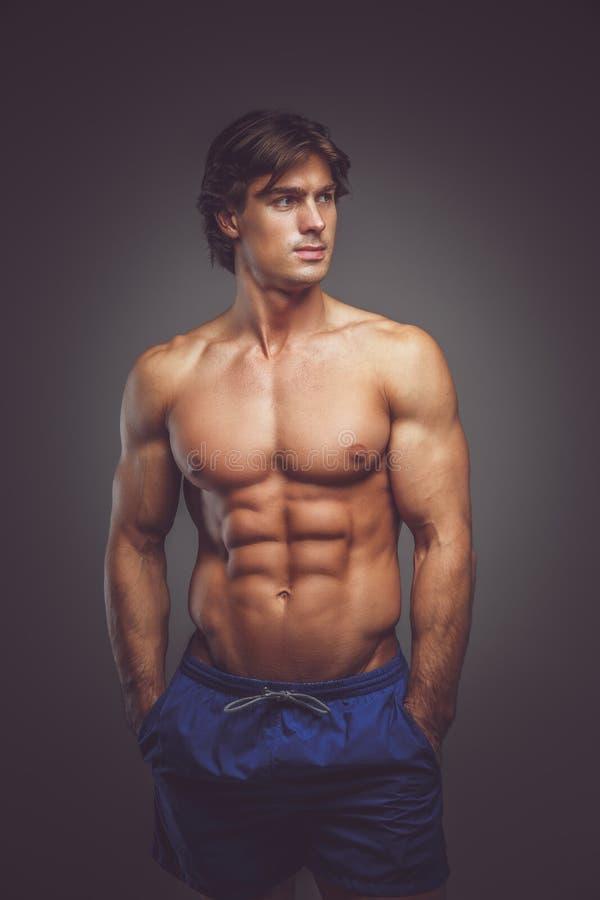 Uomo muscolare impressionante con il grande ente fotografia stock libera da diritti