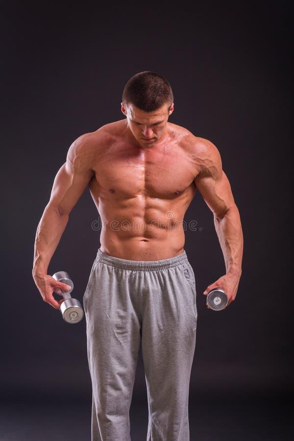 Uomo muscolare nella palestra fotografia stock