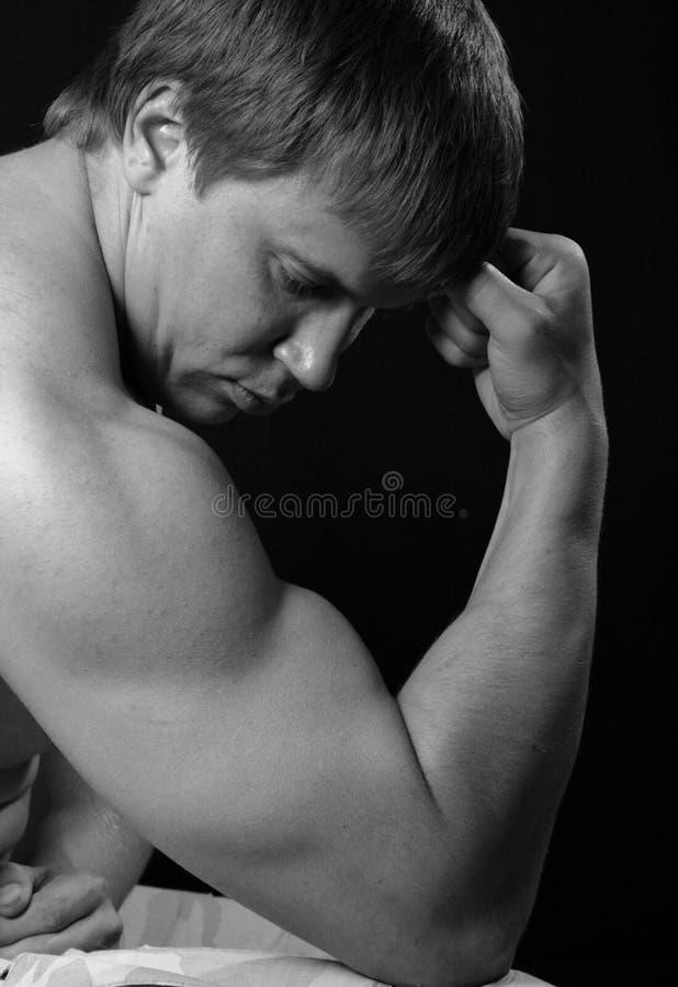 Uomo muscolare sexy. fotografie stock