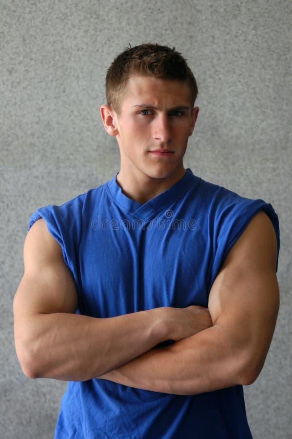 Uomo muscolare sexy in una maglietta blu immagine stock libera da diritti