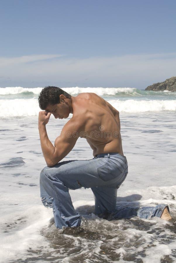 Uomo muscoloso nella spiaggia immagini stock