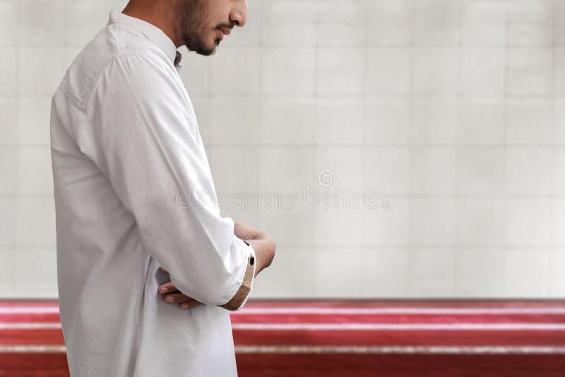 Uomo musulmano che prega nella moschea immagini stock libere da diritti