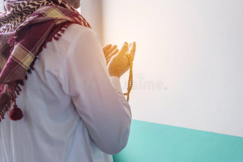 Uomo musulmano di Islam nel pregare su ordinazione del vestito fotografia stock libera da diritti