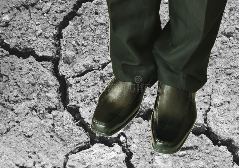 Uomo in mutanda di affari e scarpa nere della schiuma sulla terra della sporcizia fotografie stock