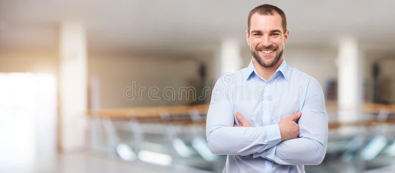 Uomo nel centro di affari con le armi attraversate fotografie stock