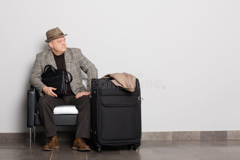 Uomo nel corridoio attendente. fotografie stock libere da diritti