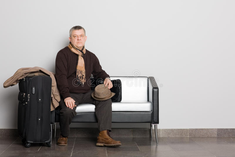 Uomo nel corridoio attendente. immagini stock libere da diritti