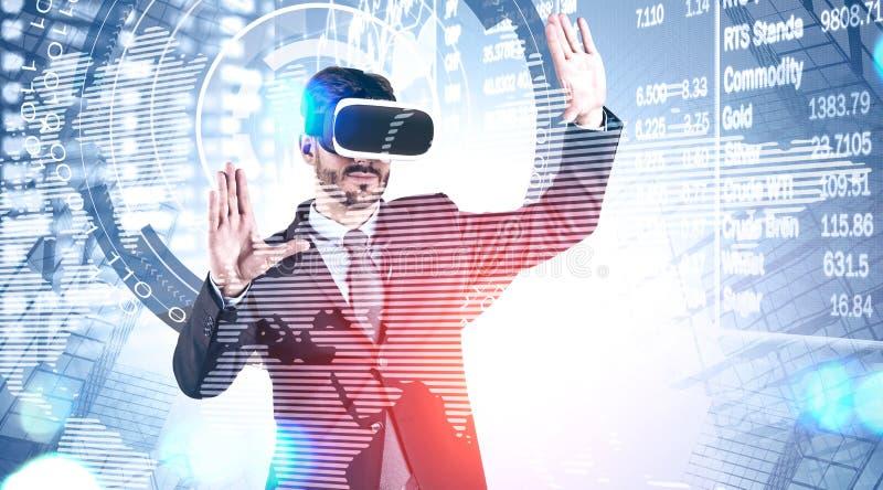 Uomo nel funzionamento della cuffia avricolare di VR con il grafico di borsa valori fotografie stock libere da diritti