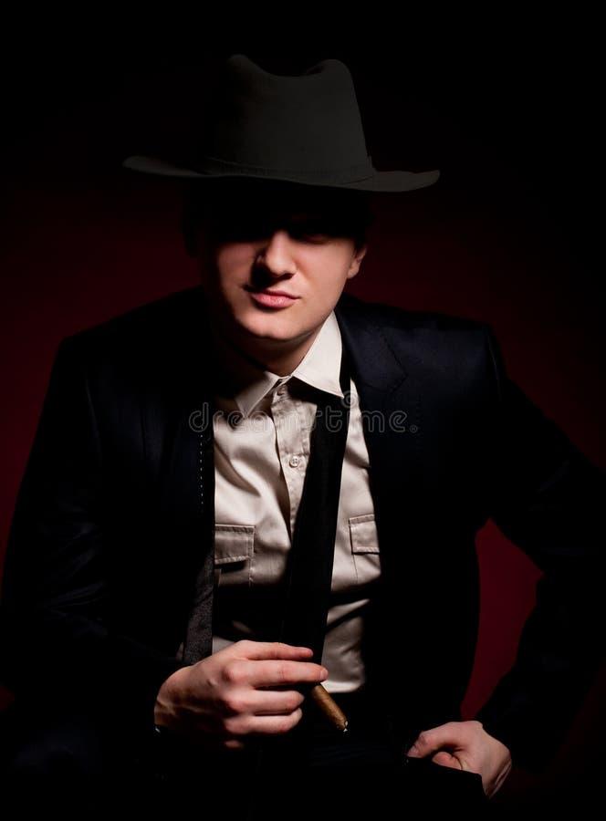 Uomo nel gangster del Chicago di stile con il sigaro fotografia stock