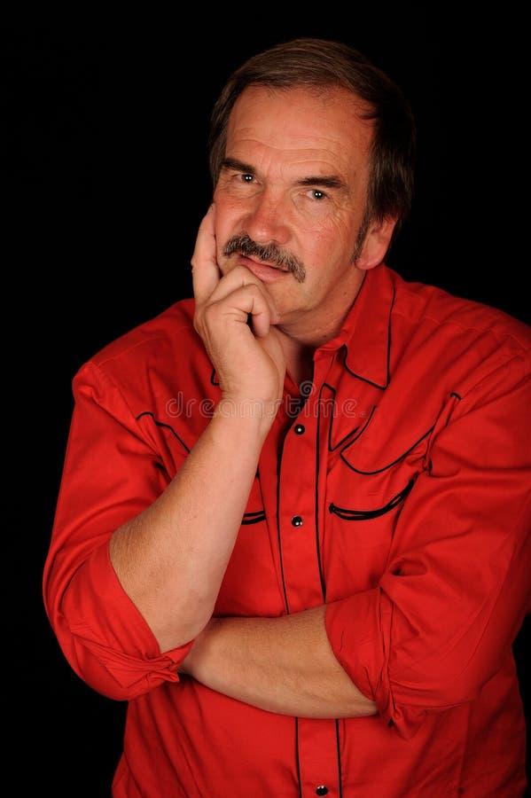Uomo nel pensiero rosso della camicia immagine stock libera da diritti