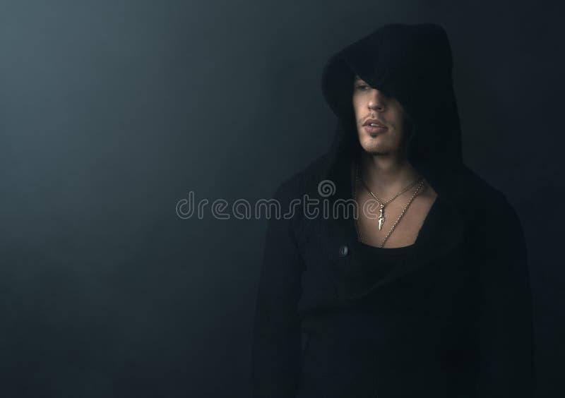 Uomo nel ribaltamento nero di maglia con cappuccio immagini stock libere da diritti