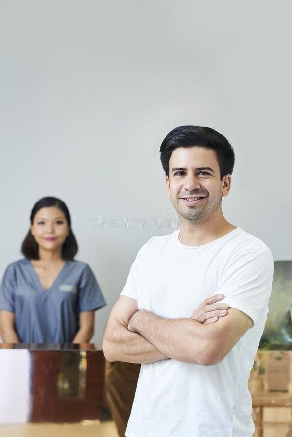 Uomo nel salone della stazione termale immagini stock libere da diritti
