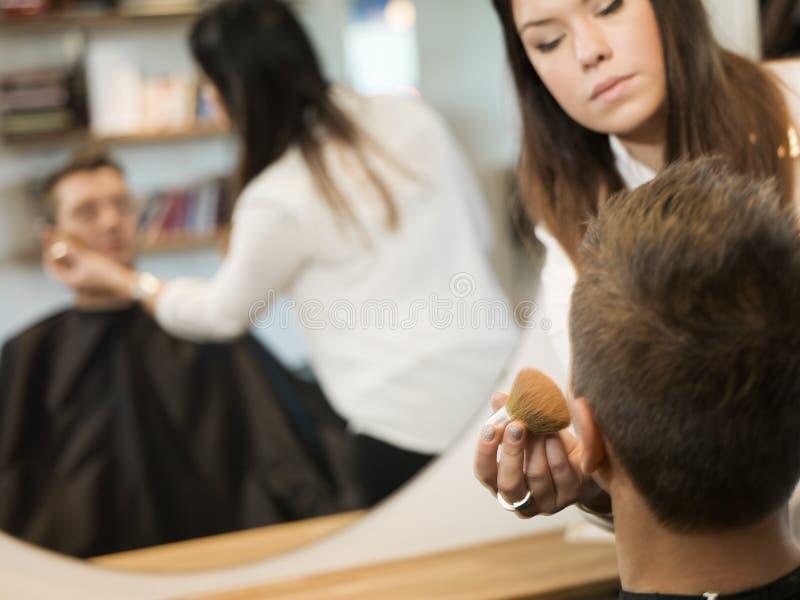 Uomo nel salone di bellezza immagini stock