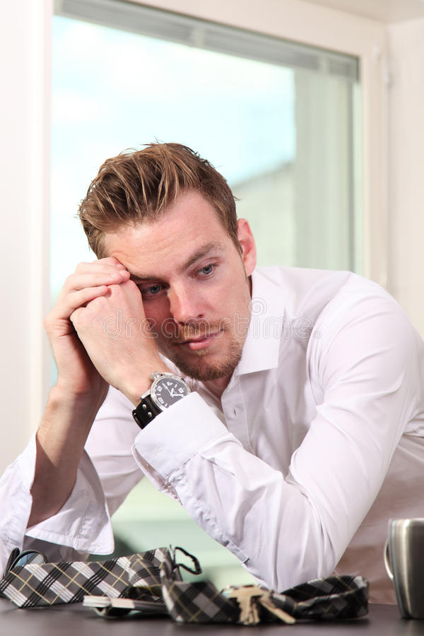 Uomo nel suo 20s che sembra triste fotografia stock