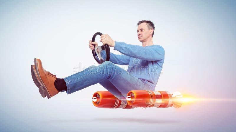 Uomo nell'autista di automobile di abbigliamento casual con una ruota, concetto di trasporto alternativo del razzo illustrazione di stock