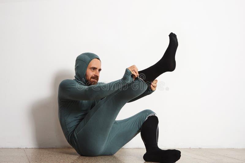 Uomo nell'insieme termico del vestito di ninja di usura del baselayer fotografia stock libera da diritti